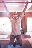Retrato del atleta de sexo masculino que hace barbilla-UPS en gimnasio Fotografía de archivo libre de regalías