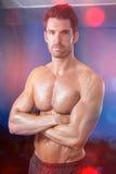 Retrato del atleta de sexo masculino que se coloca con los brazos cruzados Imagenes de archivo
