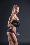 Retrato del atletas de sexo femenino jovenes hermosos con una pesa de gimnasia adentro fotografía de archivo