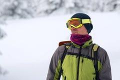Retrato del aventurero en gafas durante un viaje del invierno imagen de archivo