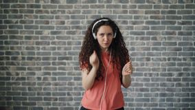 Retrato del bailarín alegre que escucha la música en los auriculares que bailan la relajación almacen de video