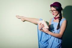 Retrato del bailarín de ballet bonito en un sombrero rojo y vidrios que lee un libro Foto de archivo libre de regalías