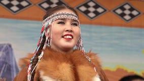 Retrato del bailarín de la mujer joven en la ropa nacional Kamchatka indígena