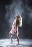 Retrato del bailarín que mira para arriba con el polvo blanco que flota abajo Fotografía de archivo