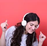 Retrato del baile adolescente feliz de la muchacha y de la música que escucha contra Fotos de archivo