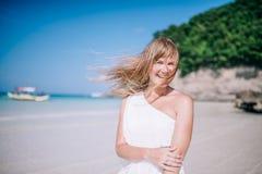 Retrato del baile largo rubio hermoso de la mujer del pelo en la playa Arena blanca, cielo nublado azul y mar del cristal imagenes de archivo