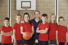 Retrato del baloncesto Team With Coach de la escuela primaria imagen de archivo