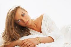 Retrato del beautifulwoman joven que despierta por la mañana en Fotos de archivo libres de regalías