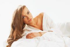 Retrato del beautifulwoman joven que despierta por la mañana en Foto de archivo libre de regalías