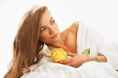 Retrato del beautifulwoman joven que despierta por la mañana en Imágenes de archivo libres de regalías