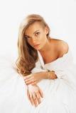 Retrato del beautifulwoman joven que despierta por la mañana en Imagen de archivo libre de regalías