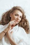 Retrato del beautifulwoman joven que despierta por la mañana en Imagenes de archivo