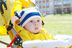 Retrato del bebé al aire libre en chaqueta amarilla Foto de archivo