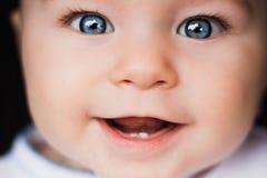Retrato del bebé Cara del primer con los ojos azules brillantes Foto de archivo libre de regalías