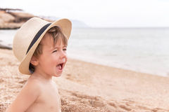 Retrato del bebé caucásico en la playa. Foto de archivo libre de regalías