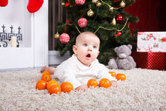 Retrato del bebé con la mandarina Foto de archivo