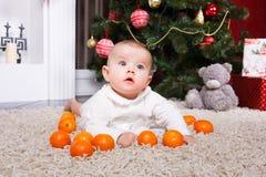 Retrato del bebé con la mandarina Imagen de archivo