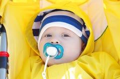 Retrato del bebé con los babys simulados en carro amarillo Imagen de archivo libre de regalías