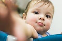Retrato del bebé con su mano estirada Imagen de archivo libre de regalías