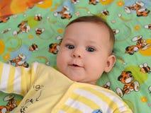 Retrato del bebé de mentira alegre Fotos de archivo