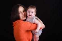Retrato del bebé de seis meses en las manos de una madre Fotografía de archivo libre de regalías