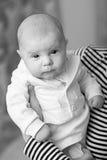 Retrato del bebé elegante en el smoking blanco imagenes de archivo