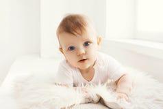 Retrato del bebé en casa en el sitio blanco Foto de archivo libre de regalías
