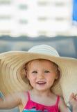 Retrato del bebé en sombrero de la playa Fotos de archivo libres de regalías