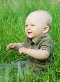 Retrato del bebé hermoso en una hierba foto de archivo