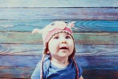 Retrato del bebé infantil feliz en sombrero del búho Foto de archivo