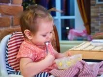Retrato del bebé joven feliz con la taza Imágenes de archivo libres de regalías
