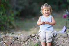 Retrato del bebé joven que hace caras Imágenes de archivo libres de regalías