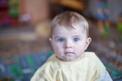 Retrato del bebé lindo de 6 meses. Fotografía de archivo libre de regalías
