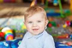 Retrato del bebé lindo de 6 meses en casa. Fotografía de archivo