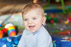 Retrato del bebé lindo de 6 meses en casa Imagen de archivo