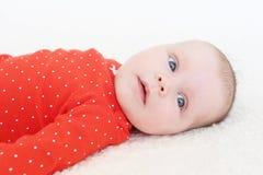 Retrato del bebé lindo en mono rojo Imagen de archivo libre de regalías