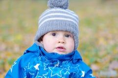 Retrato del bebé precioso en otoño al aire libre Fotos de archivo