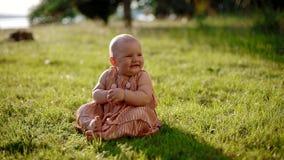Retrato del bebé que se sienta en la hierba almacen de video