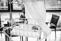 Retrato del bebé recién nacido adorable lindo en hospital del nacimiento Fotos de archivo