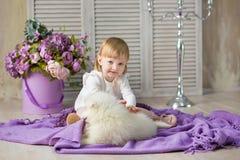 Retrato del bebé rubio que juega con la amapola fornida Muchacha modelo con el pelo rojo que presenta en lanzamiento del estudio  fotografía de archivo libre de regalías
