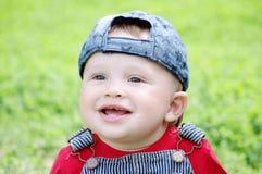 Retrato del bebé sonriente al aire libre en verano Imagen de archivo libre de regalías