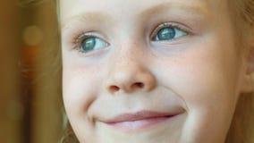Retrato del bebés sonrientes hermosos almacen de metraje de vídeo