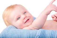 Retrato del bebé lindo en la manta azul Fotos de archivo