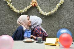 Retrato del bestfriend de la mujer de dos hijab que hace que el tiempo junto adentro celebre un acontecimiento fotos de archivo