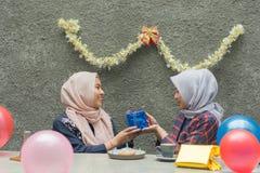 Retrato del bestfriend de la mujer de dos hijab que hace que el tiempo junto adentro celebre un acontecimiento fotos de archivo libres de regalías