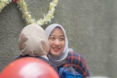Retrato del bestfriend de la mujer de dos hijab que hace que el tiempo junto adentro celebre un acontecimiento imagen de archivo libre de regalías