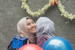 Retrato del bestfriend de la mujer de dos hijab que hace que el tiempo junto adentro celebre un acontecimiento imagenes de archivo