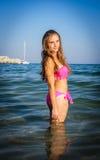 Retrato del bikini del adolescente en paisaje tropical Fotos de archivo libres de regalías