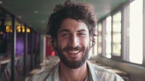 Retrato del blogger sonriente en café almacen de metraje de vídeo