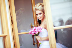 Retrato del blonde atractivo hermoso de la novia en un vestido blanco con la PU Foto de archivo libre de regalías